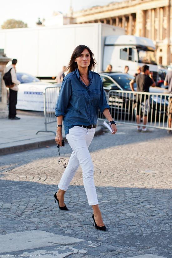 white-jeans-denim-shirt-black-pumps